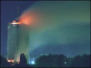 Zgrada CK na NBGD gori posle napada NATO aviona u jutro  21.04.1999. godine Foto: Marko Metlass